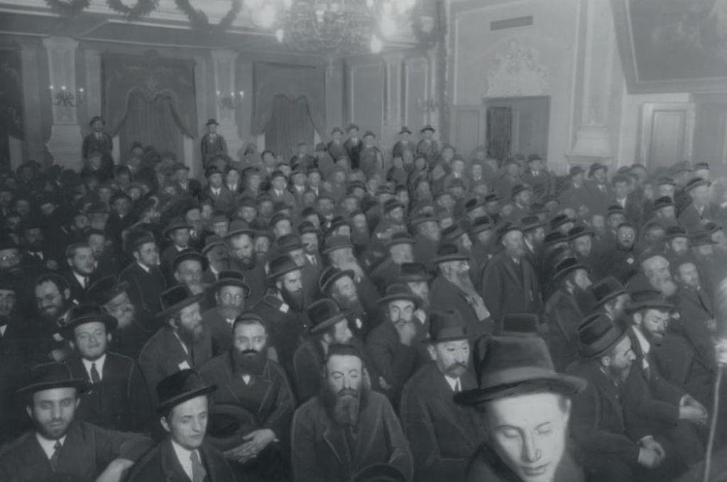 ortodoksyjni mężczyni w dużej grupie