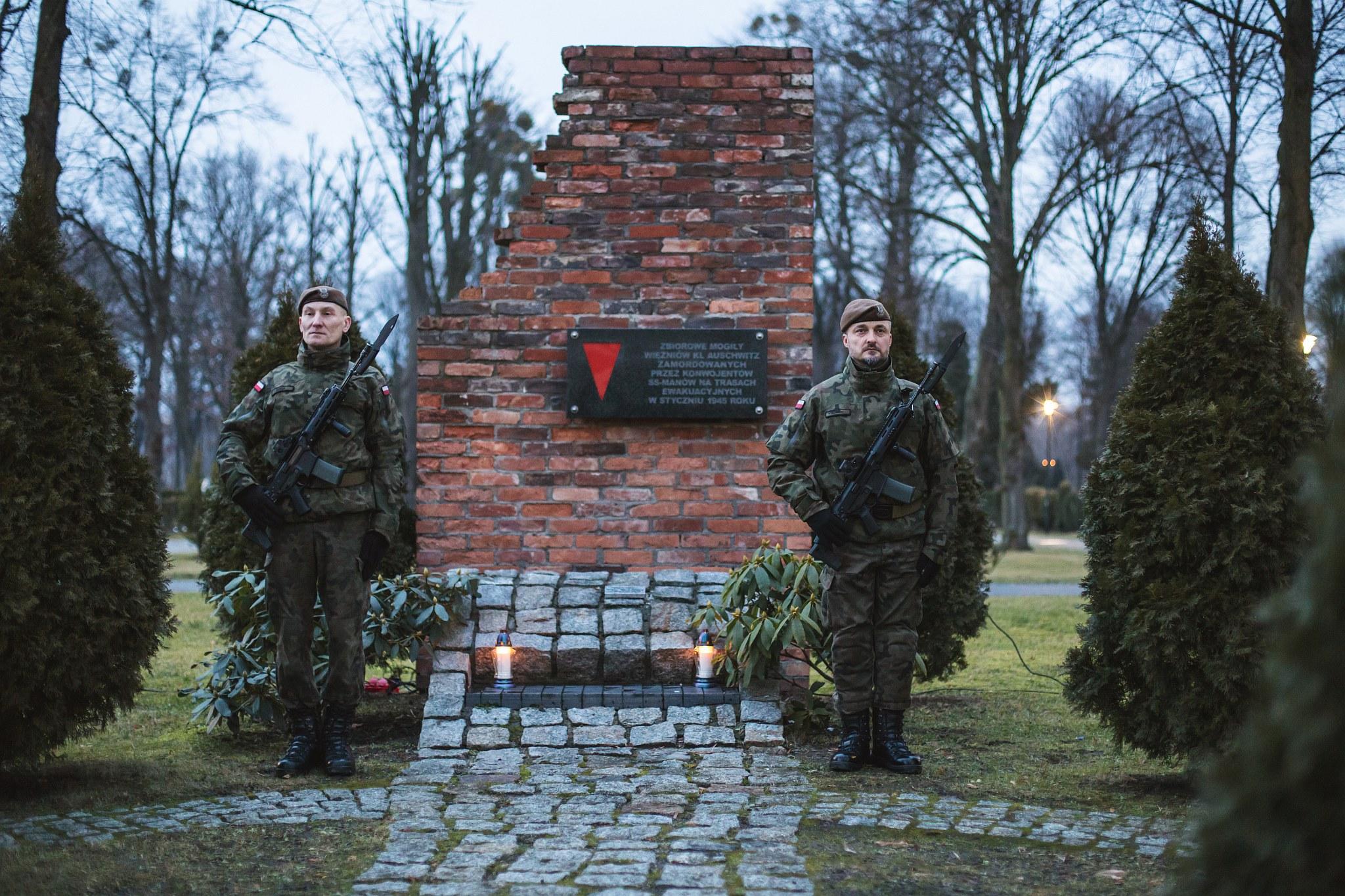 żołnierze przy zbiorowej mogile