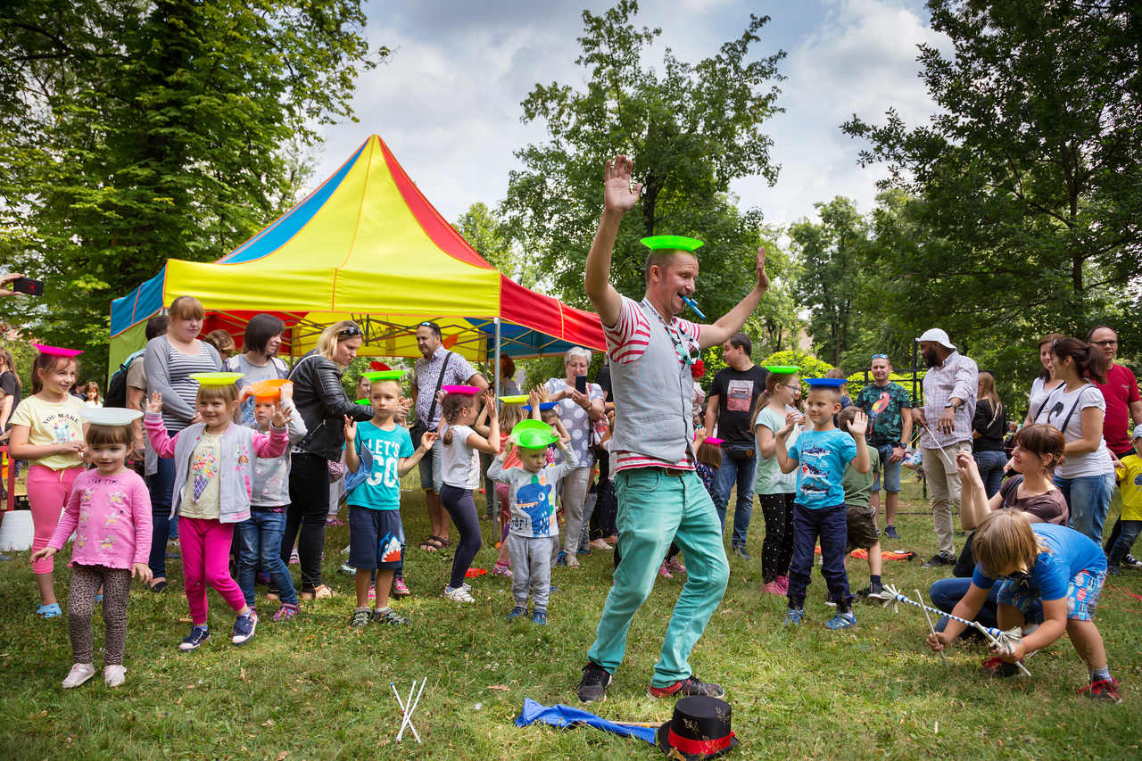 pokaz żonglerki w parku