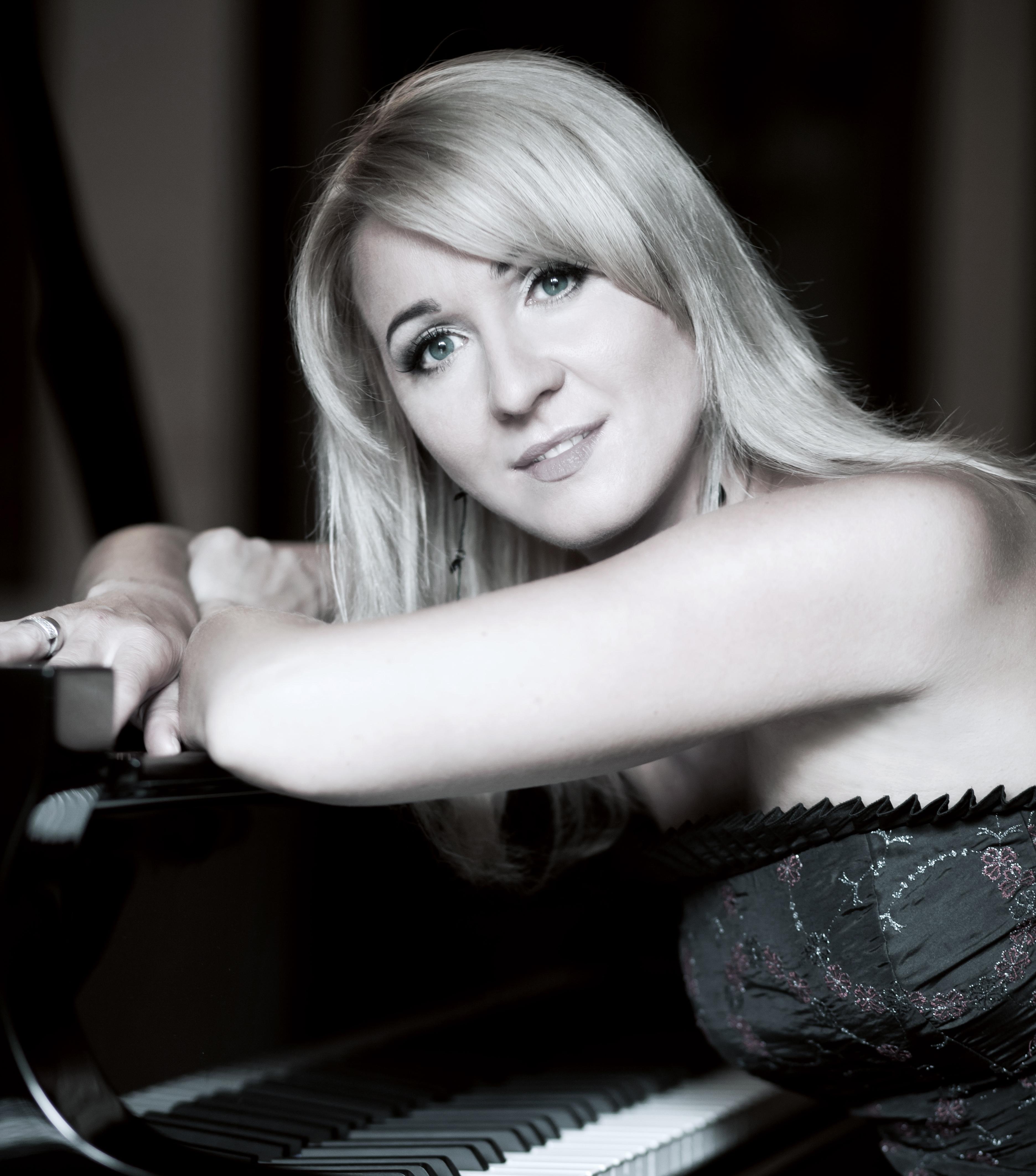 Beata Bilińska przy fortepianie