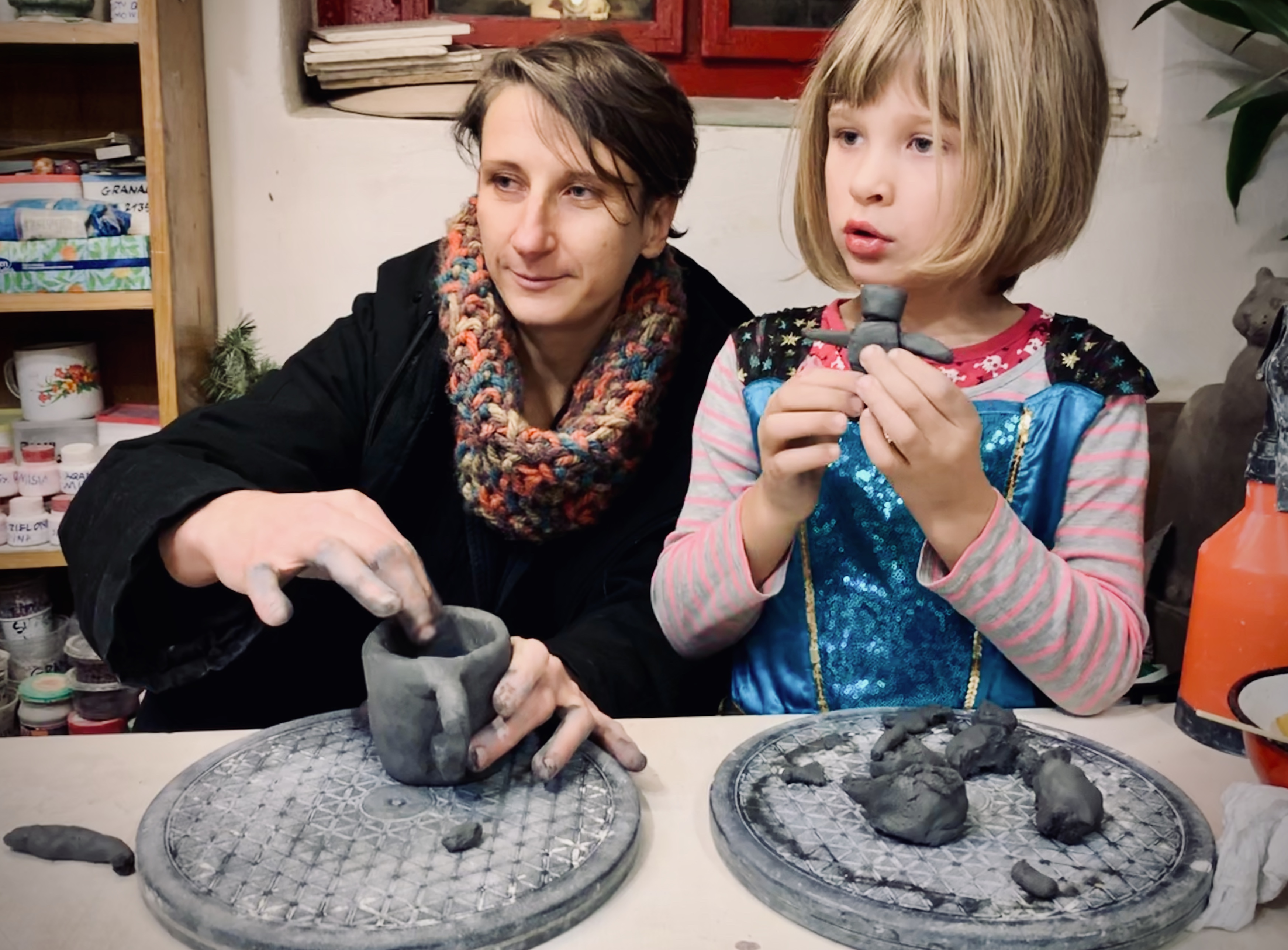 kobieta z dzieckiem podczas warsztatów ceramicznych