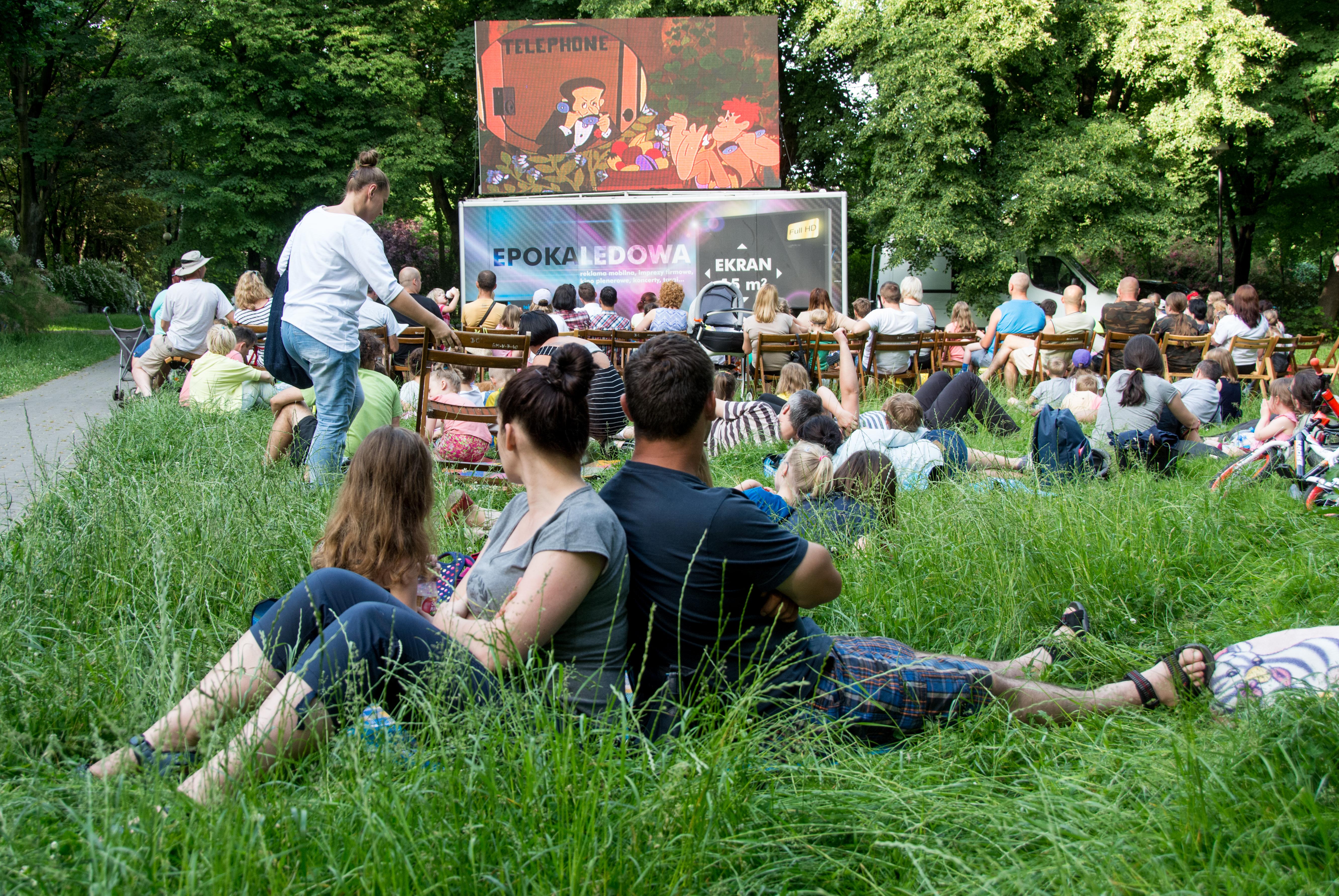 para oglądająca film na trawie