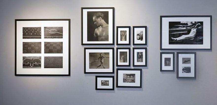 fotografie powieszone na ścianach