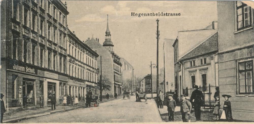 widokówka: ulica z kamienicami