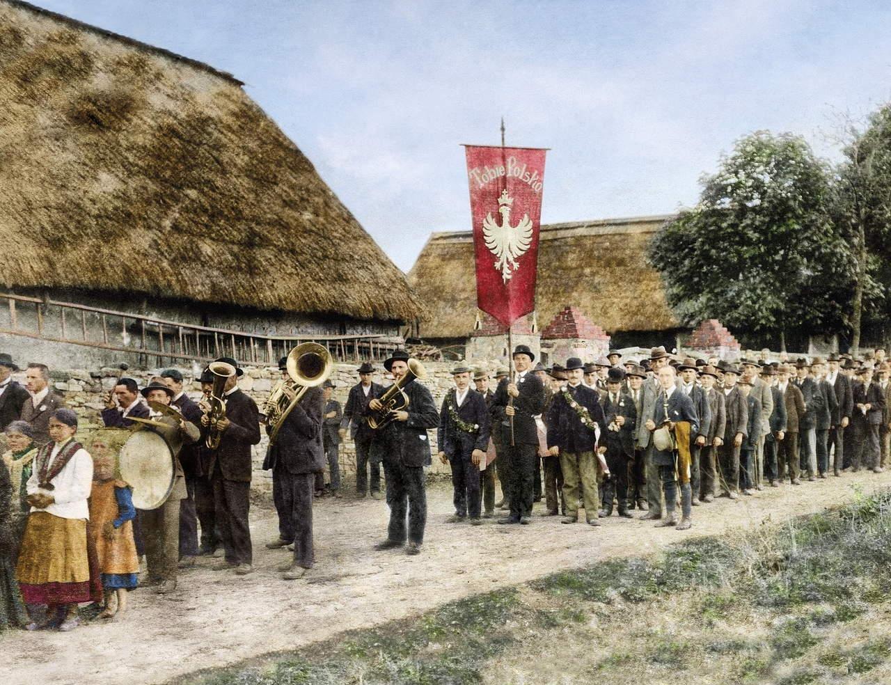 fotografia przedstawiajaca manifestujących sprzed stulecia
