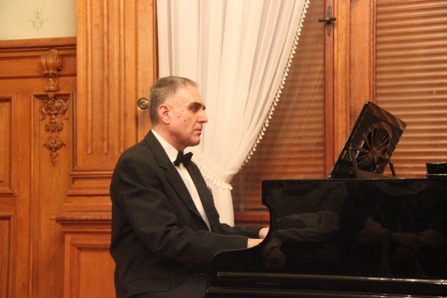 pianista grający we wnętrzu Willi Caro