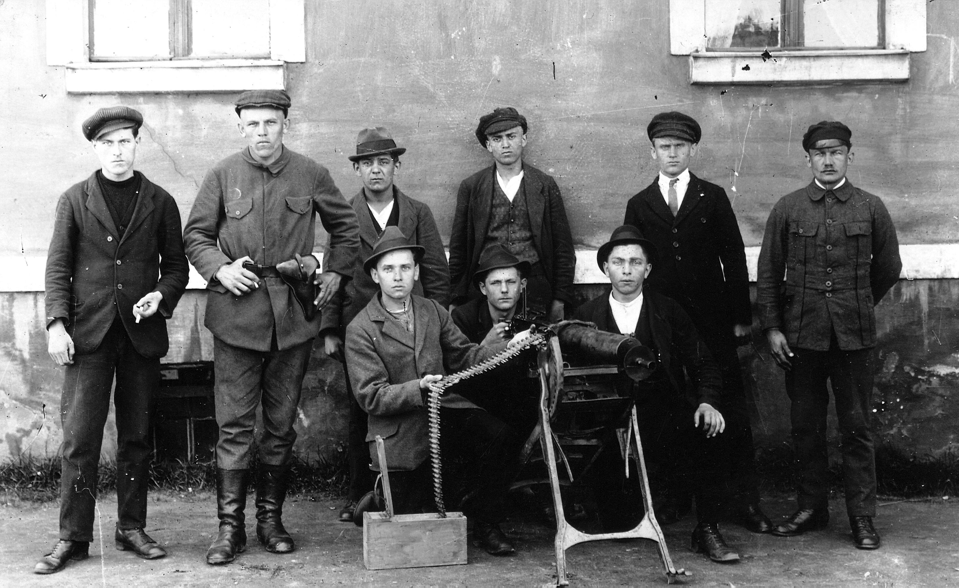 grupa mężczyzn, zdjęcie sprzed stu lat