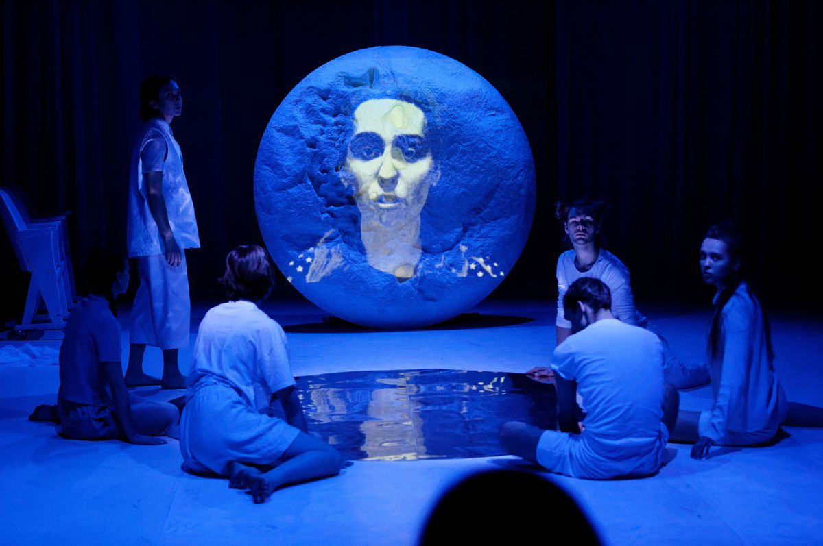 akorzy na scenie, niebieskie oświetlenie