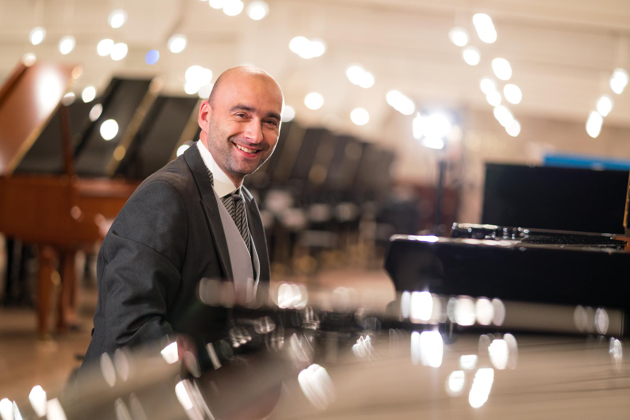 pianista przy instrumencie