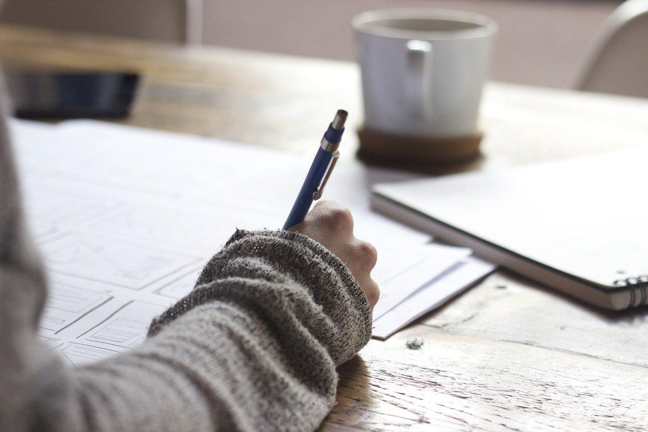 ręka z długopisem